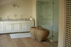 חדר אמבט בעיצוב מדרה